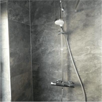 Dusche mit Naturstein