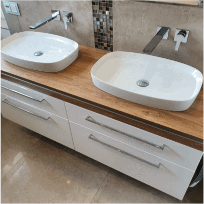 Modernes Doppelwaschbecken mit Unterschränken