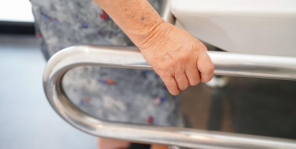 Stützhilfen erleichtern Menschen mit Einschränkungen den Besuch im Badezimmer