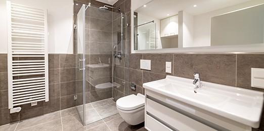 Ein modernes Badezimmer mit Wandheizung und bodengleicher Dusche