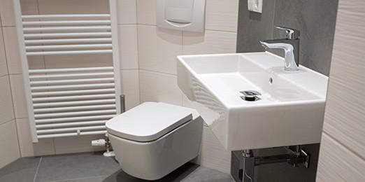 Ein klassisches Badezimmer mit Wandheizung
