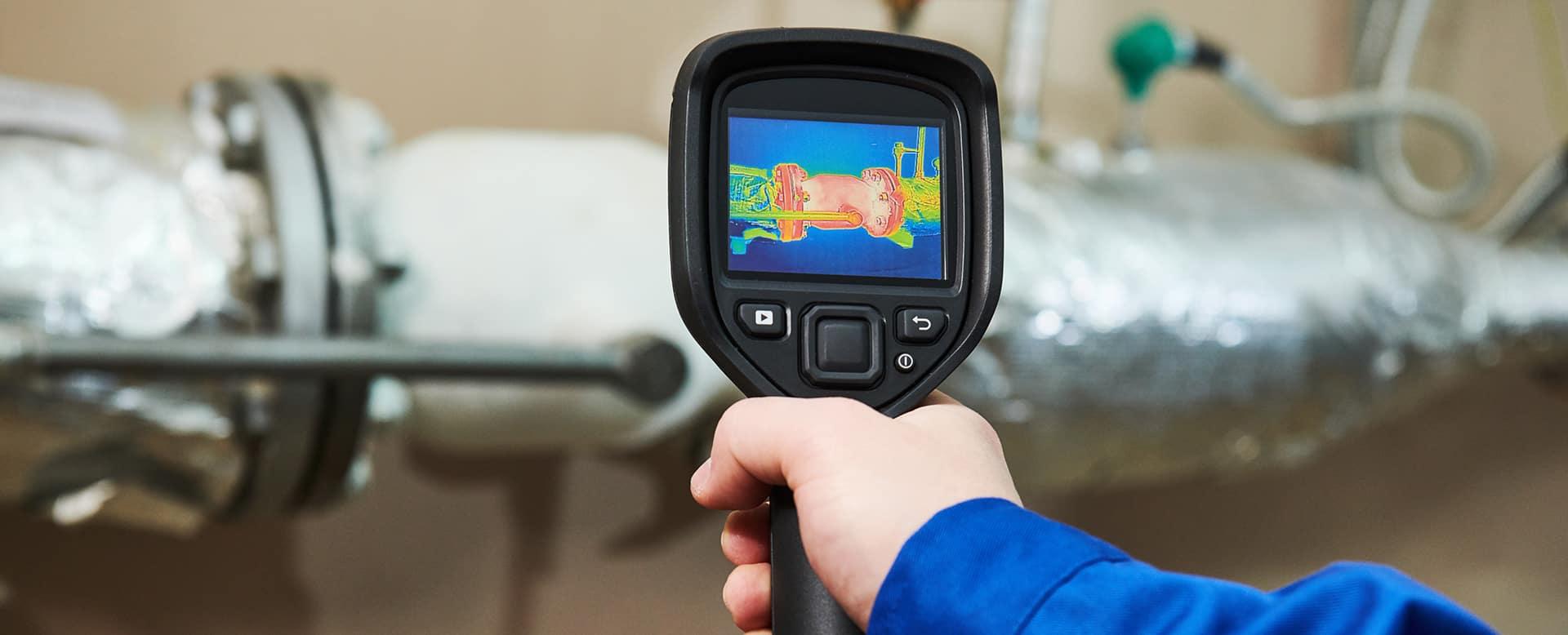 Mit einer Wärmebildkamera spüren wir bei Ihnen zuhause undichte Stellen auf