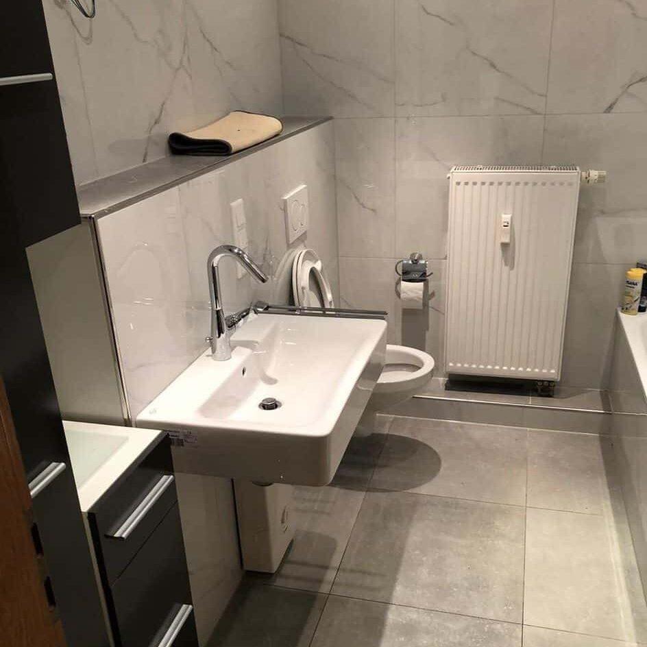 Modernes, kleines Badezeimmer