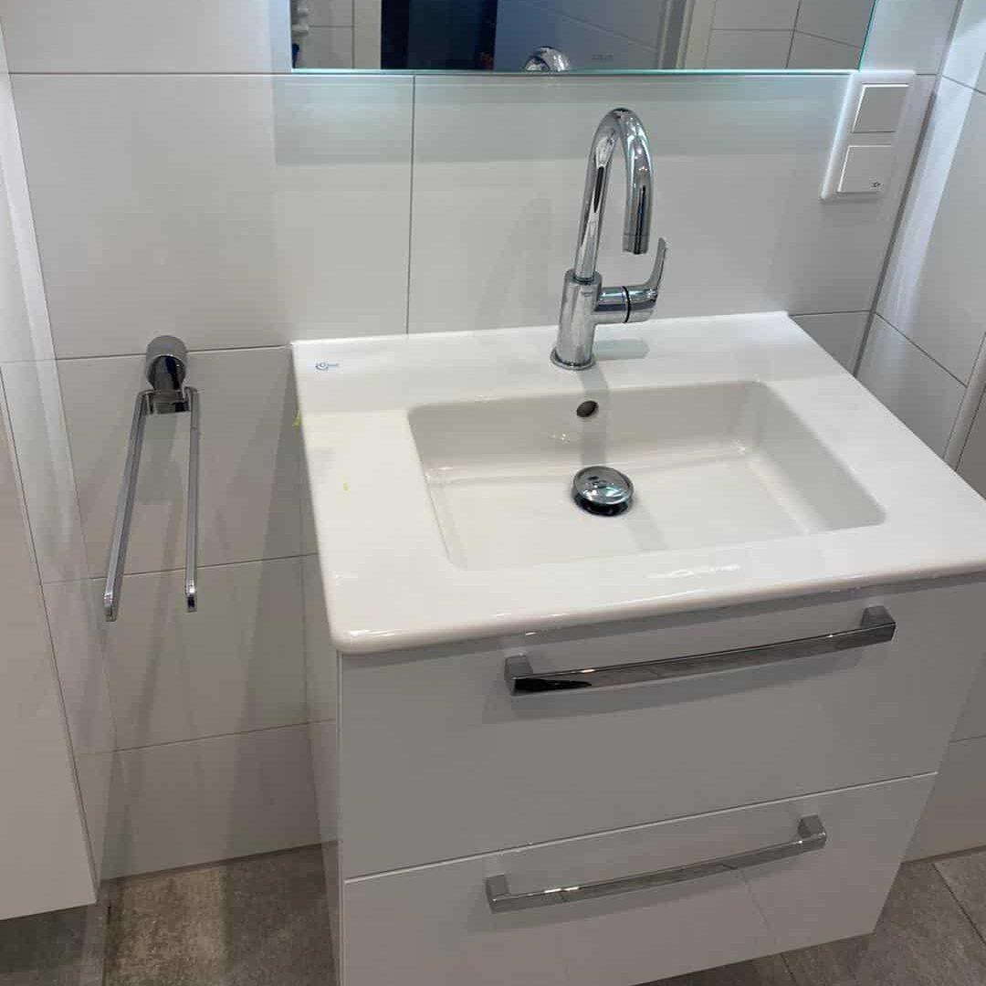 Modernes Waschbecken mit Unterschrank