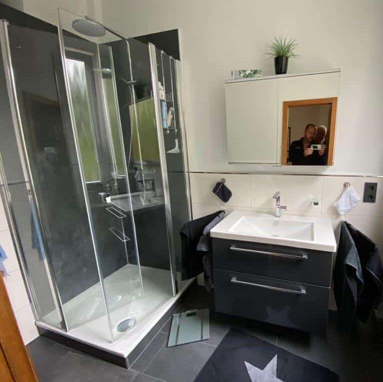Frisch saniertes Badezimmer mit Regendusche und modernem Waschbecken